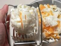 ゆで卵を卵切り器で刻む
