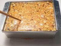 流した寒天液に入れ、箸で調整して冷やし固める