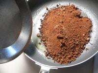 バターを溶かし、黒砂糖を入れて炒める