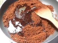 黒砂糖が熱くなったら水飴を加えて煮溶かす