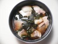 鍋に切った豚肉、昆布、調味料を入れて煮込む