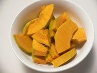 かぼちゃの種と皮を取って切りレンジで加熱