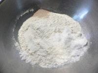 かぼちゃをレンジで加熱し、粉類を混ぜる