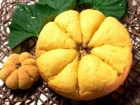 普通サイズのかぼちゃパンと並べて