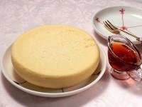 チーズケーキにカラメルソースを添えて完成