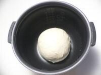 バターを加え、15分こねて丸め、内釜に入れて一次発酵させる