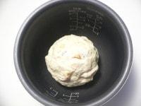 内釜に生地を入れ、水をつけたラップをかぶせて発酵させる