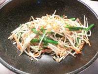 ニンニクと生姜を炒め、野菜を加えて炒めて調味