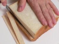 野菜を切り、食パンのみみを切り落とす