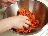 【8】に粉唐辛子を加えまんべんなく混ぜ合わせる