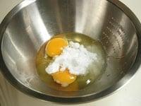 泡立て器でよく溶きほぐす。