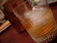 アマレットとスコッチウイスキーを加えてマドラーで混ぜ合わせる