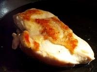 鶏肉をひっくり返して火にかける