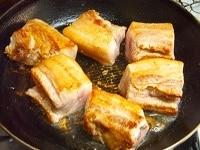 肉を切り、色がつくまで焼く