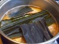 水と昆布を加え、蓋をしないでごく弱火で煮込む