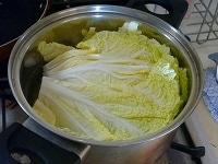 白菜を茹でる