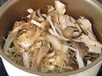 テフロン加工の鍋できのこを炒める