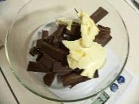 チョコレート・マーガリンを加熱し、泡だて器で混ぜ溶かす