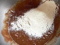 (4)にベーキングパウダー・小麦粉・牛乳を入れ、混ぜる