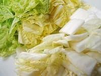 白菜を3、4センチ幅に切る