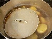煮立ったら中火にして、落し蓋をして煮る。