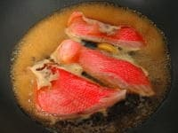 煮立ったら、中火~弱火にして魚を入れる。