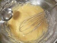 手順1の材料をボールに加えて混ぜ、サラダ油を少しずつ入れる
