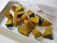 かぼちゃを切り、レンジで加熱する