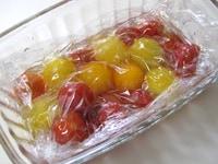 トマトをマリネ液に漬け、冷蔵庫で冷やす