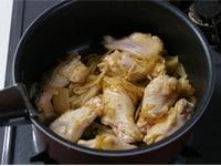 鶏手羽元を炒める