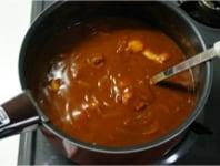野菜ジュースで煮込み、カレールーを加える。