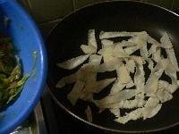 フライパンに刻んだ餃子の皮5~6枚分を敷き詰める。