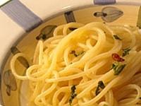 刻んだイタリアンパセリを散らして皿に盛る