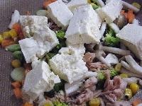 木綿豆腐、ツナを加えて中火で炒める。
