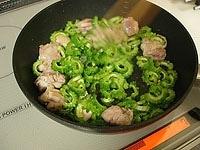 一口サイズの鶏肉を炒め、次にゴーヤを加え炒める
