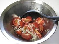 トマト、しらす、オリーブオイル、醤油をいれ、混ぜる。