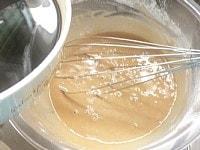 上新粉と薄力粉を混ぜた中に、黒砂糖液を混ぜる