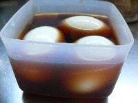 ゆで卵を調味液に漬けこむ