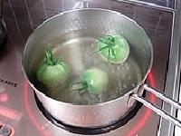 熱湯にひとつまみの塩を入れ、トマトを5分間ほど茹でる