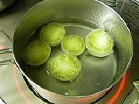 水と砂糖を煮溶かした鍋にトマトを入れ、煮詰める。