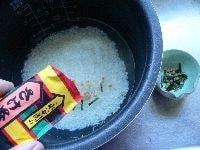 米をとぎ、水と鮭茶漬けの素、練りわさびを加えて炊く
