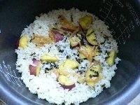 炊けたらまぜて、茶碗に盛りアラレと海苔をかける