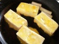 豆腐や長ねぎを焼く