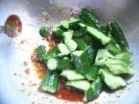 ボウルで調味料を混ぜ合わせる。