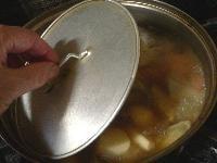 しいたけと鶏肉を漬け汁ごと加え、さらに煮る
