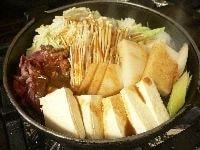 煮立ったら味噌だれの半分を肉の部分にかける。