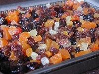 ドライフルーツをそれぞれの大きさに揃え、熱湯をかける