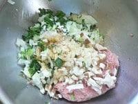 野菜と調味料を加えて混ぜる