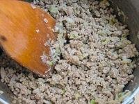 野菜とひき肉を炒める