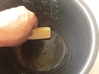 内釜にバターをぬる